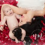 Mama si copilul printre petale de trandafiri