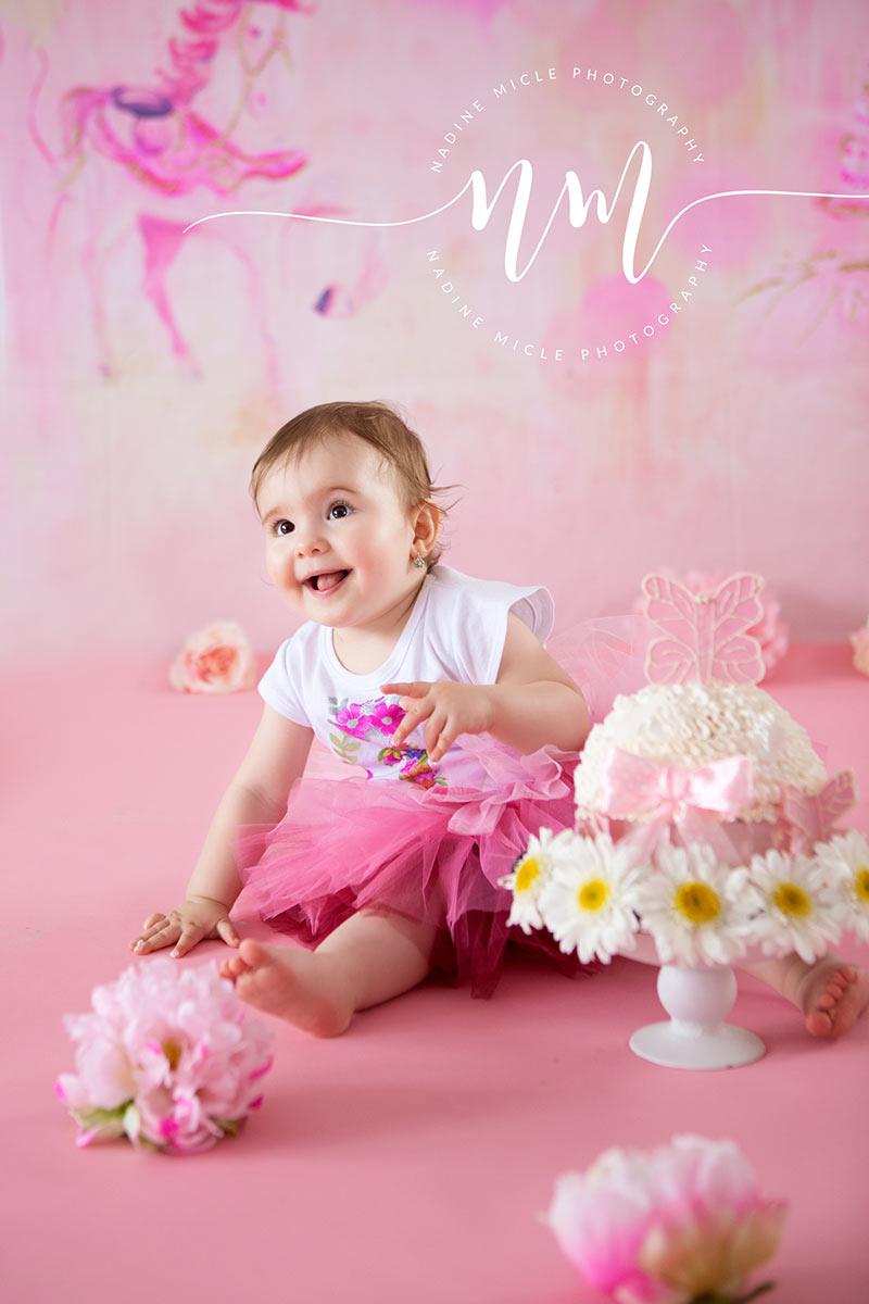 Fetita 1 an cu tort aniversar