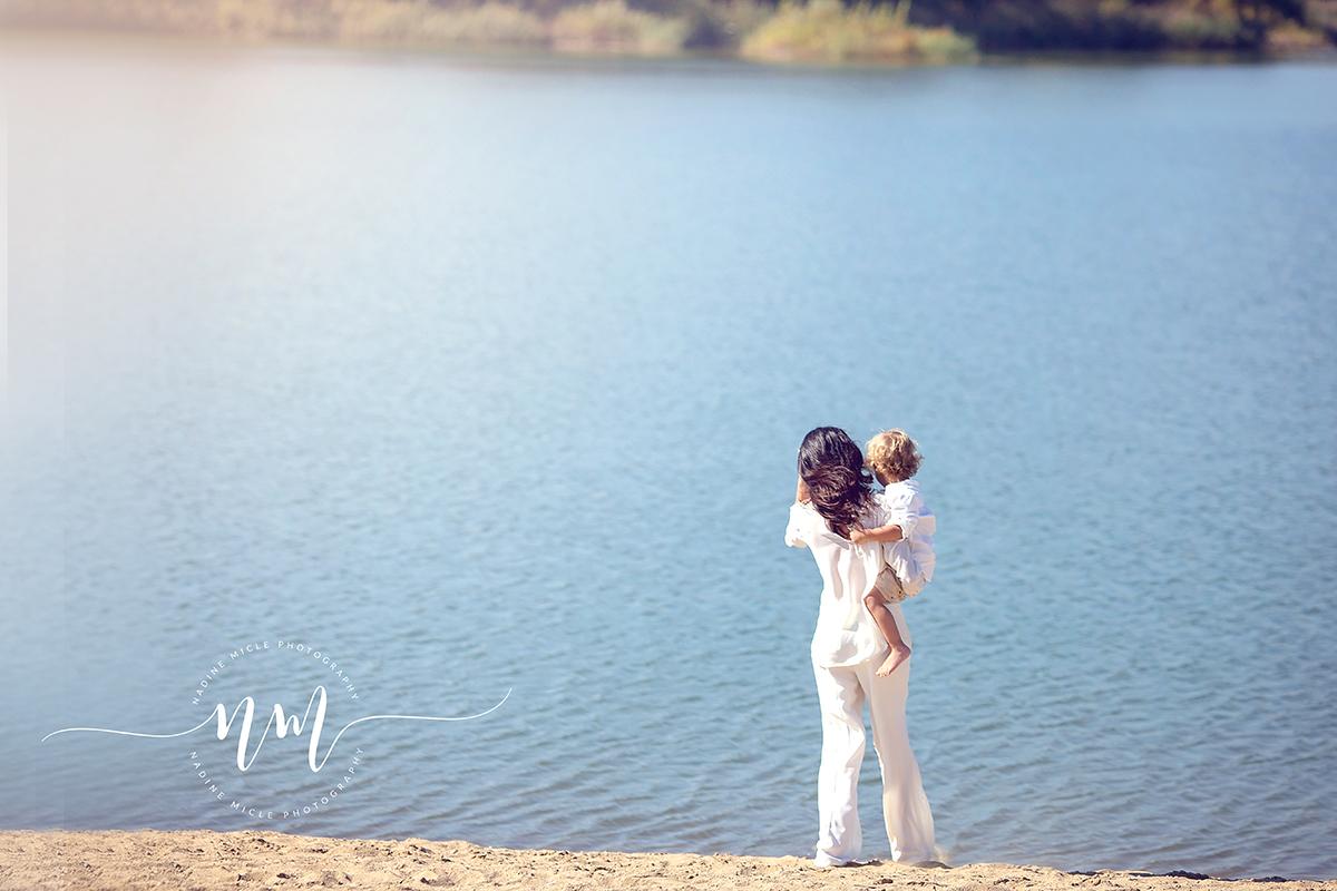 Foto mama si copilul pe plaja
