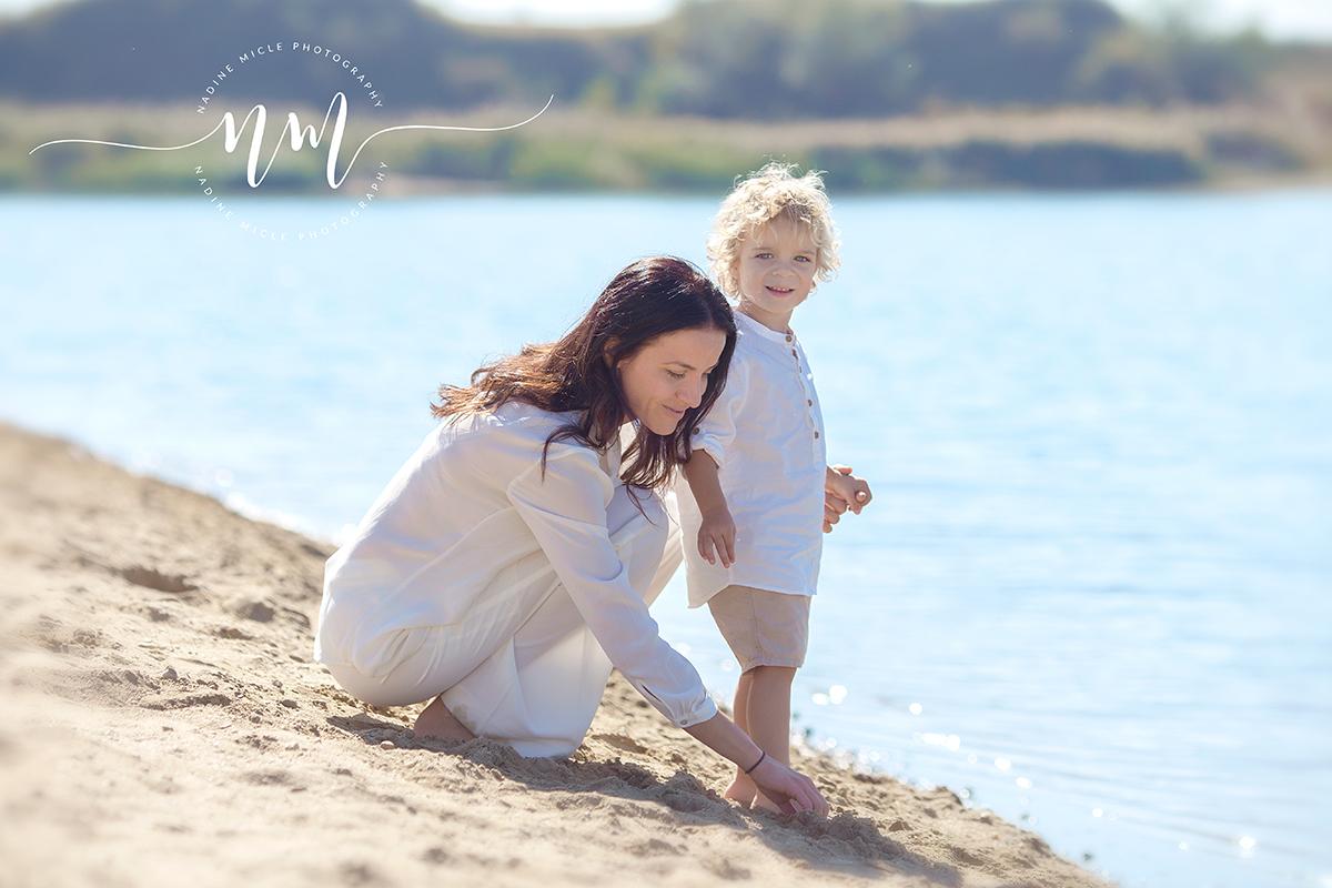 Mama cu copilul la plaja