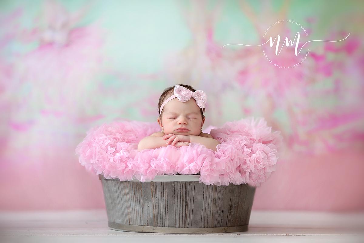 Fetiță la ședința foto pentru nou-născuți