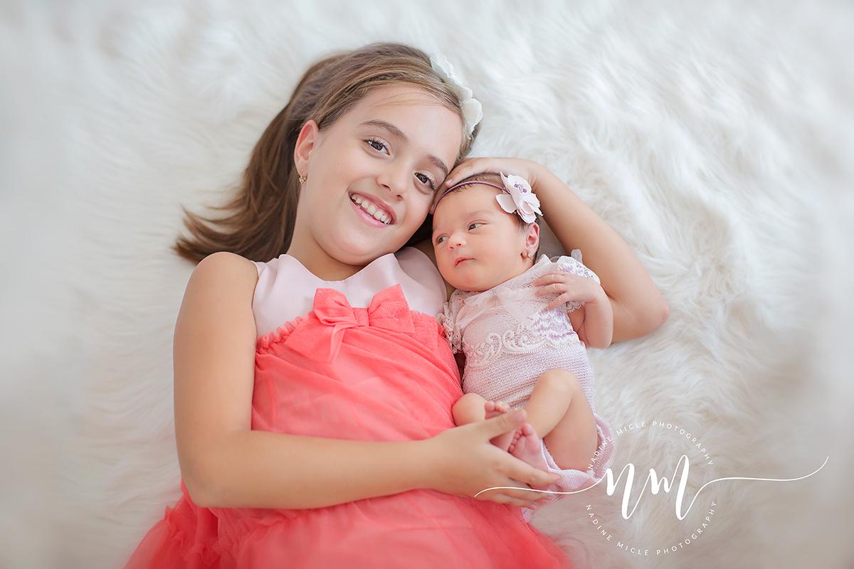 Sesiune foto bebe cu sora mai mare